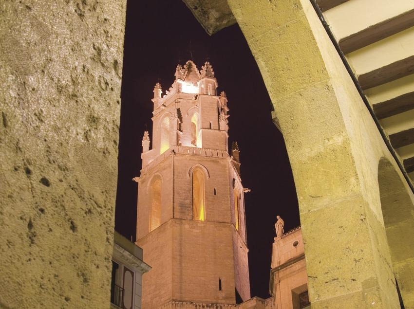 Die Prioratskirche Sant Pere und die Säulengänge der Plaza de Peixateres Velles  (Miguel Raurich)