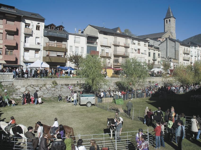 Feria en la avenida dels Comtes de Pallars e iglesia de Sant Feliu  (Servicios Editoriales Georama)