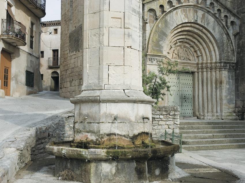 Monumentaler Springbrunnen und Eingangstür zur Klosterkirche Vallbona de les Monges  (Servicios Editoriales Georama)
