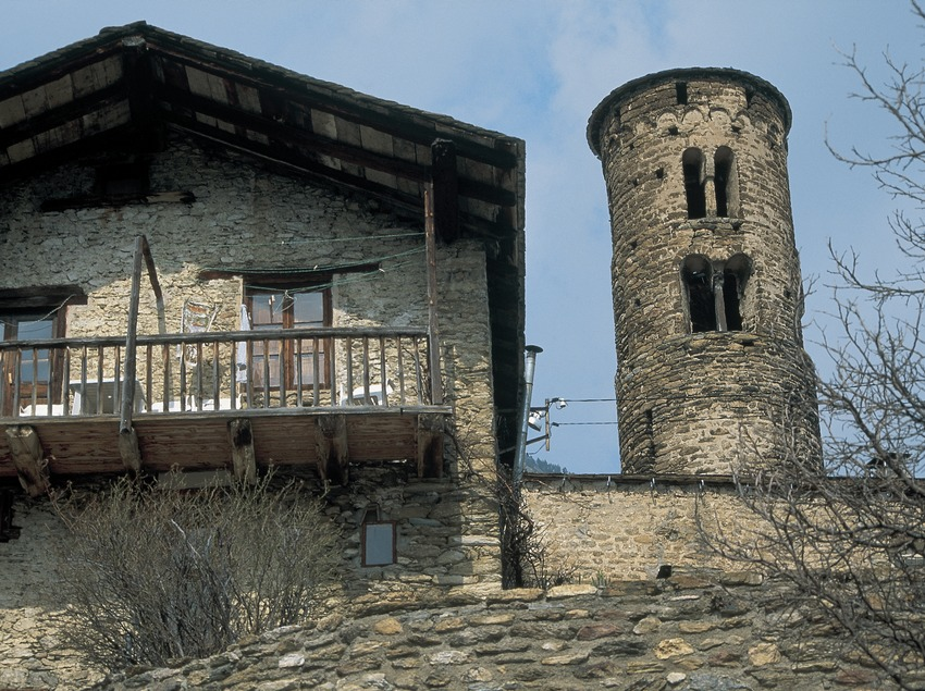 Torre-campanario cilíndrico de Sant Martí y balconería tradicional