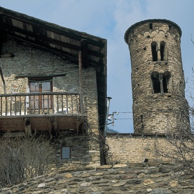 Torre-campanario cilíndrico de Sant Martí y balconería tradicional  (Servicios Editoriales Georama)