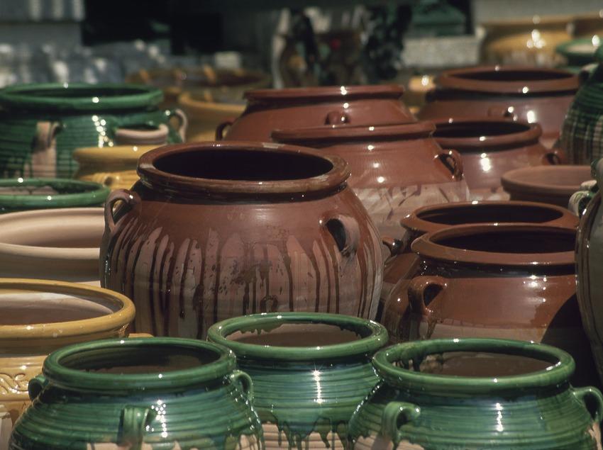 Partially glazed terracotta pottery  (Servicios Editoriales Georama)