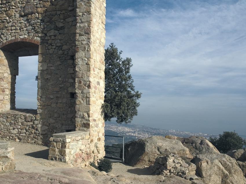 Archäologische Überreste der Burg von Burriac, im Hintergrund das Mittelmeer.  (Turismo Verde S.L.)