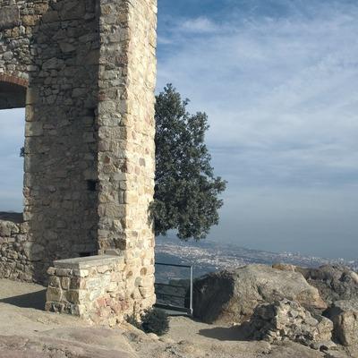 Restos arqueológicos del castillo de Burriac con el mar Mediterráneo al fondo.  (Turismo Verde S.L.)