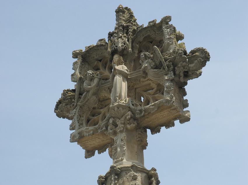 Cross in front of the church of Santa Maria de l'Alba  (Servicios Editoriales Georama)