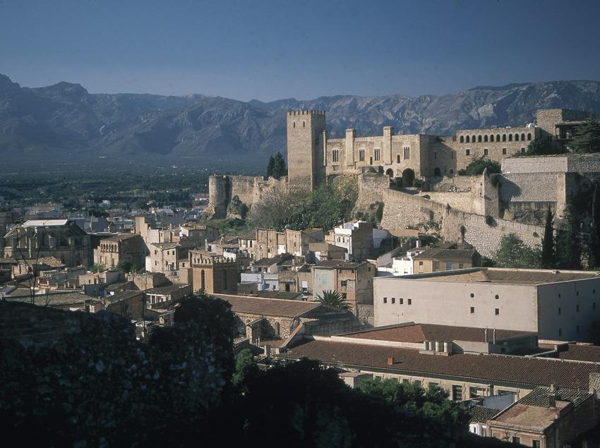 Vue de la localité avec le château de la Suda  (Servicios Editoriales Georama)