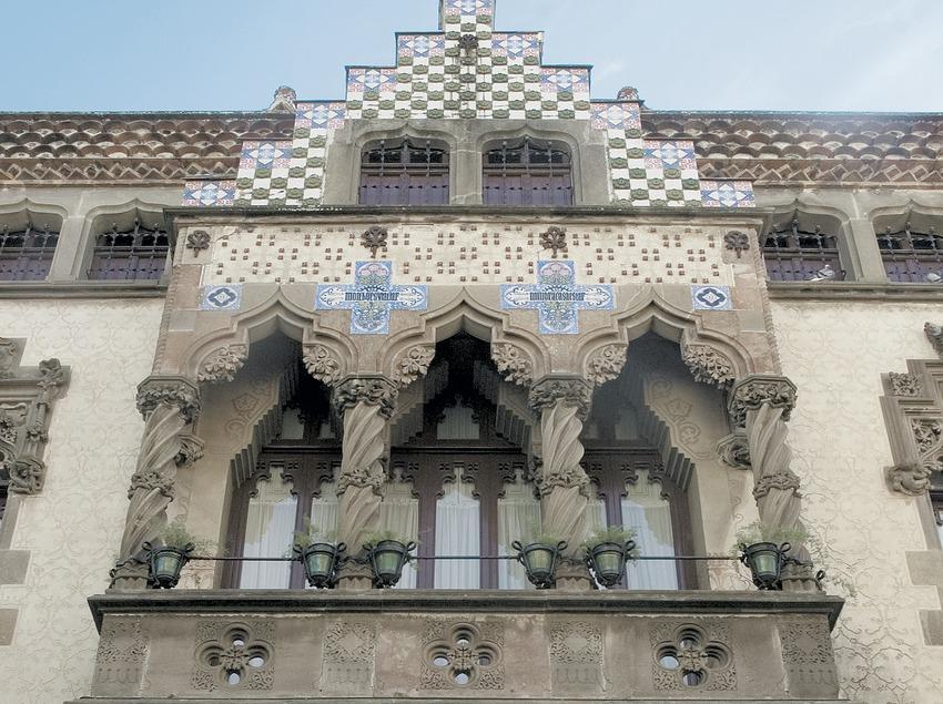 Façana de la casa Coll i Regàs  (Turismo Verde S.L.)