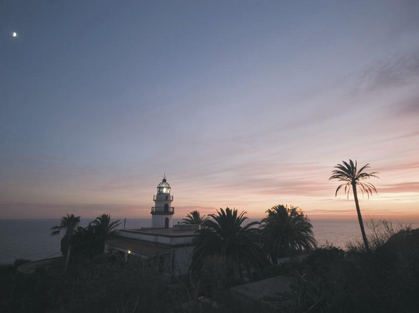 Faro de Calella al atardecer.  (Turismo Verde S.L.)