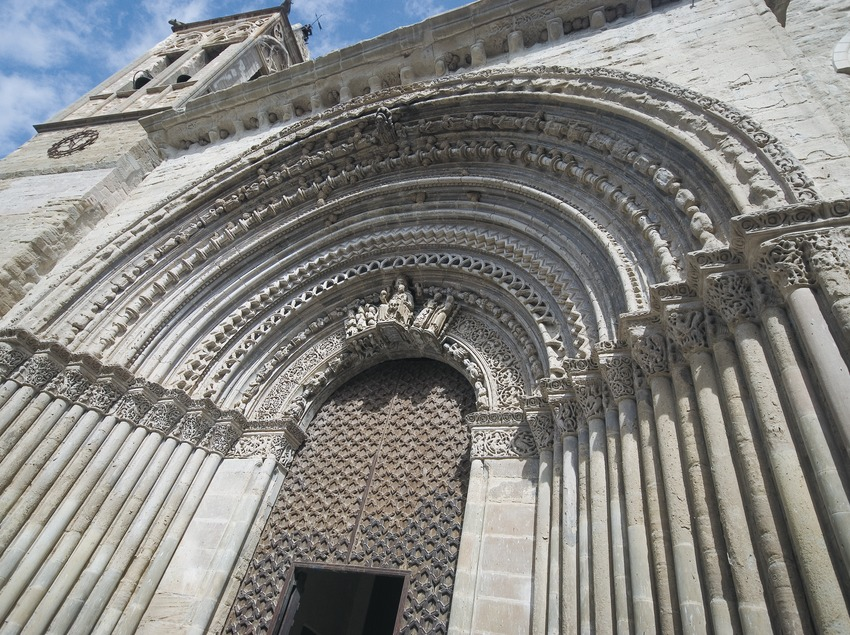 Doorway of the church of Santa Maria.  (Servicios Editoriales Georama)
