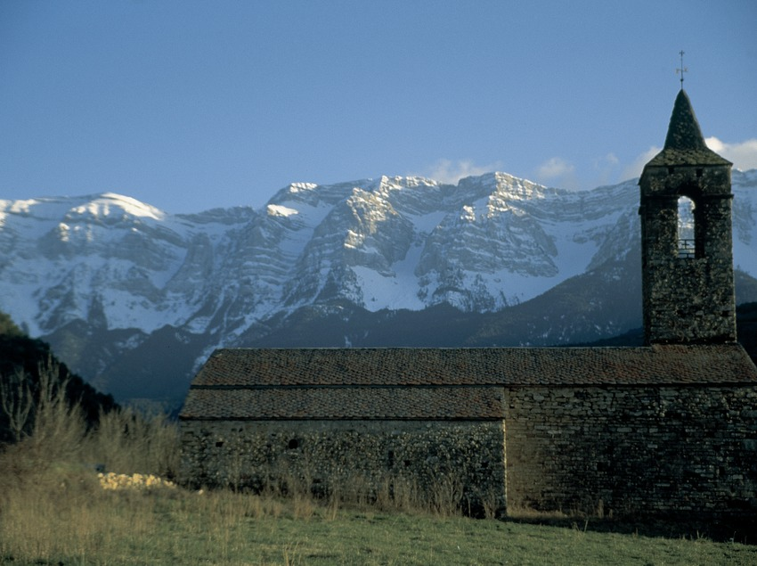 Bell tower of the church of Santa Coloma and the Sierra of Cadí in the background  (Servicios Editoriales Georama)