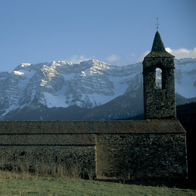 Campanario de la iglesia de Santa Coloma y la Sierra del Cadí al fondo  (Servicios Editoriales Georama)