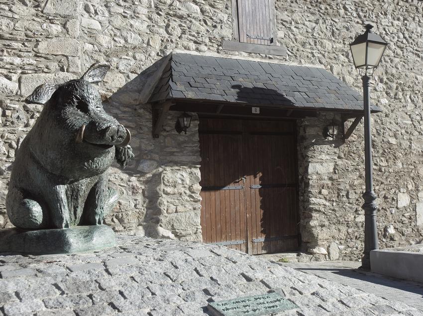 Sculpture of a wild boar in Salardú  (Servicios Editoriales Georama)