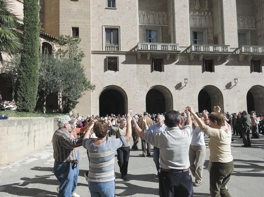Sardana-Tnz auf dem Klosterplatz von Montserrat.  (Servicios Editoriales Georama)