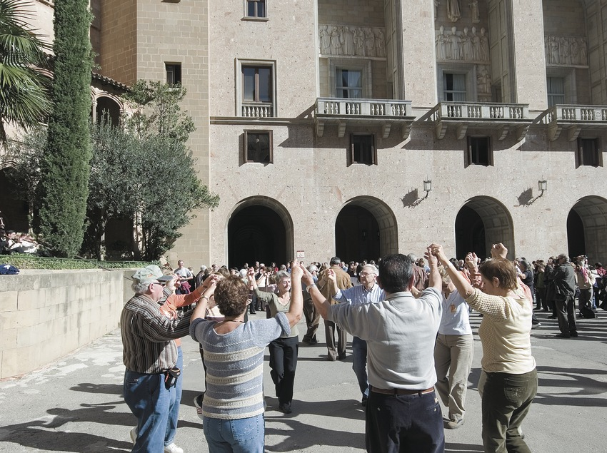 Sardane sur la place du monastère de Montserrat  (Servicios Editoriales Georama)