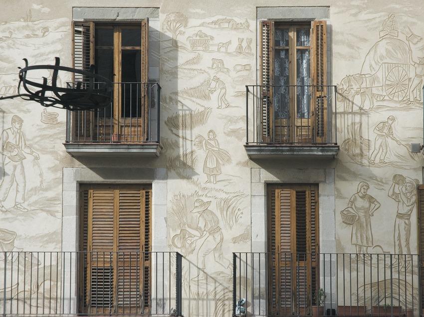 Façade avec des balcons devant l'église  (Servicios Editoriales Georama)