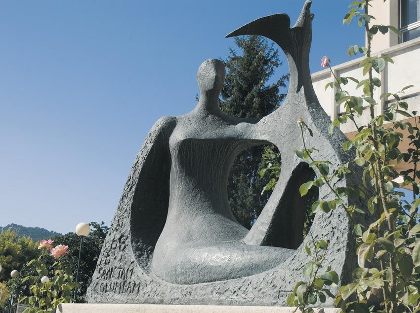 Escultura delante del ayuntamiento  (Servicios Editoriales Georama)