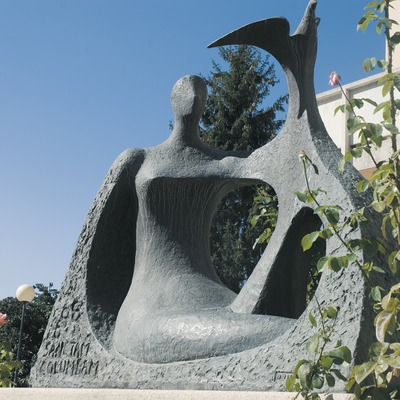 Sculpture in front of the town hall  (Servicios Editoriales Georama)