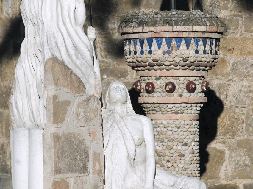 Lamppost and modernist sculpture of Casa Mauri  (Servicios Editoriales Georama)