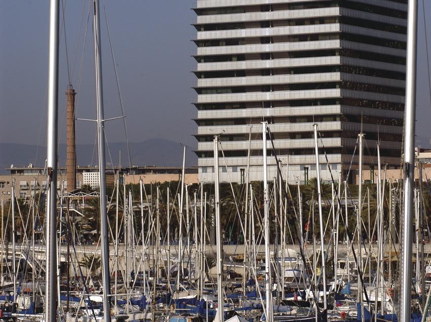 Embarcacions al Port Olímpic de Barcelona, amb la torre Mapfre al fons  (Marc Ripol)