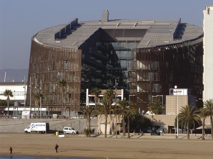 Velero delante de la playa de la Barceloneta  (Marc Ripol)