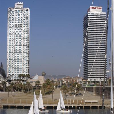 Veleros delante del Hotel Arts y la torre Mapfre  (Marc Ripol)