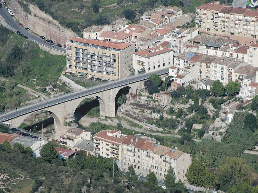 Puente sobre el río Llobregat y vista parcial de la localidad  (Servicios Editoriales Georama)