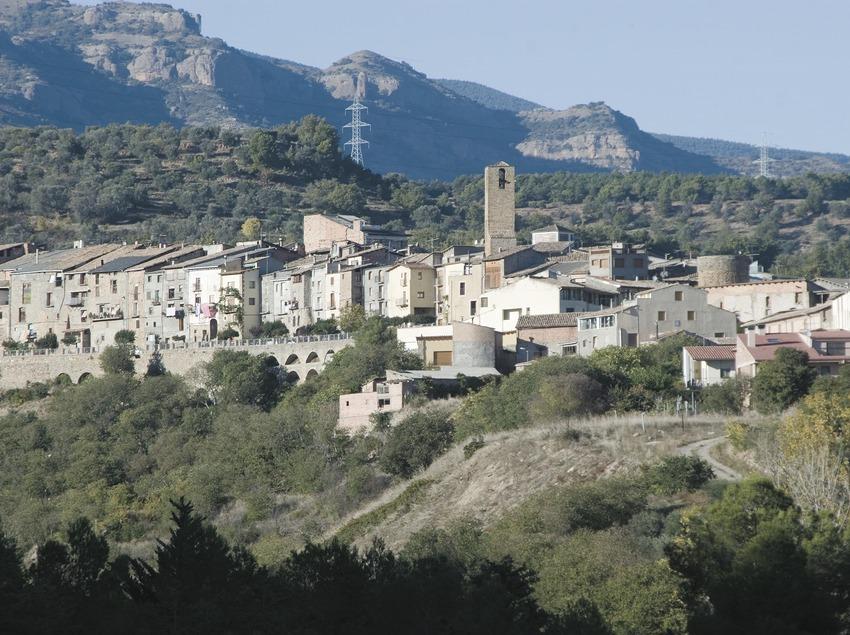 Vista de la localidad y Sierra de Sant Salvador