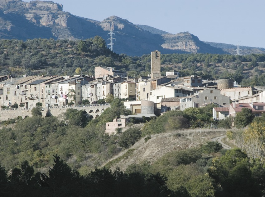 Vista de la localitat i serra de Sant Salvador  (Servicios Editoriales Georama)