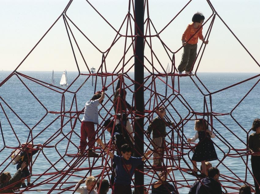 Spielende Kinder am Strand von Barceloneta