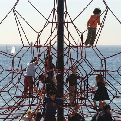 Niños jugando en una playa de la Barceloneta  (Marc Ripol)