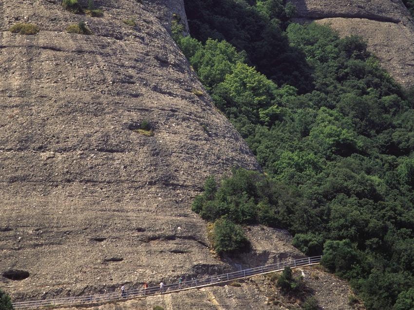 Abgeschnittener Weg am Felsen im Naturpark Montaña de Montserrat  (José Luis Rodríguez)