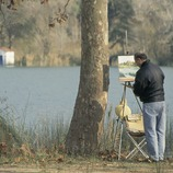 Artist on the banks of the Banyoles lake.  (Servicios Editoriales Georama)
