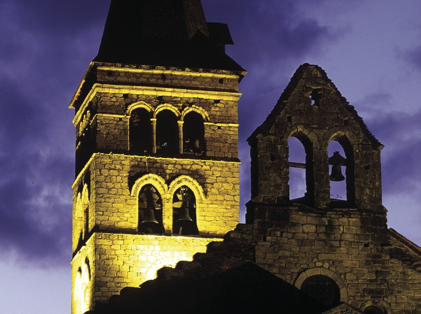 Night-time view of the church of Santa Maria.