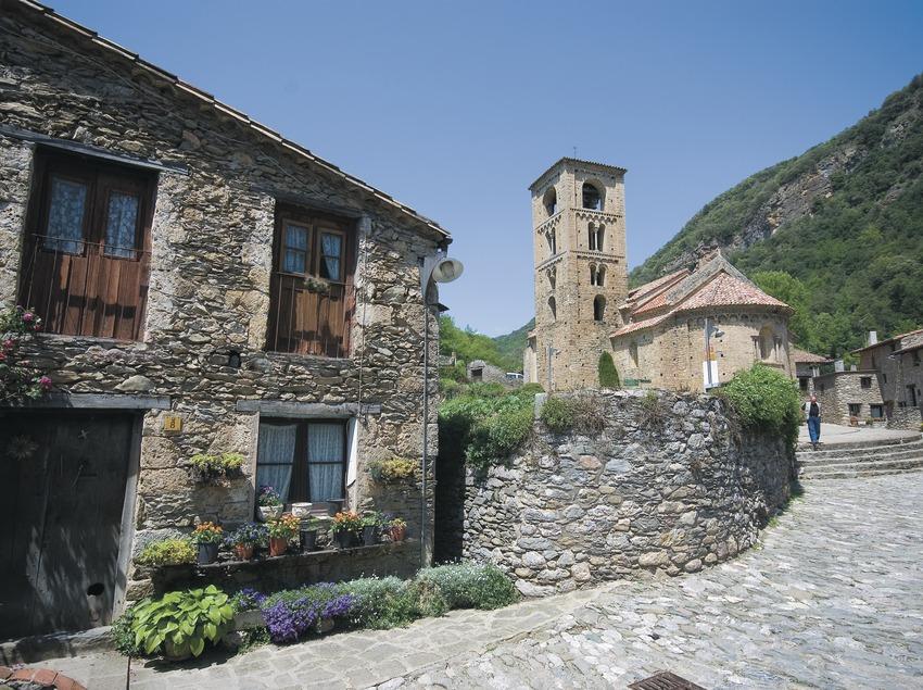 Carrer de Beget i església romànica de Sant Cristòfor