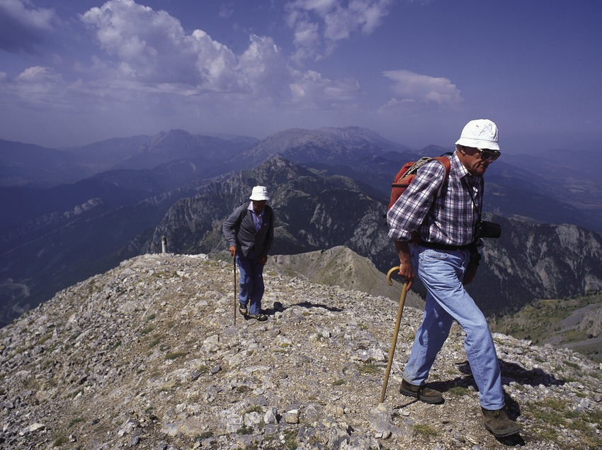 Excursionistas en el camino al Niu de l'Àliga, en el Parque Natural del Cadí-Moixeró.  (José Luis Rodríguez)