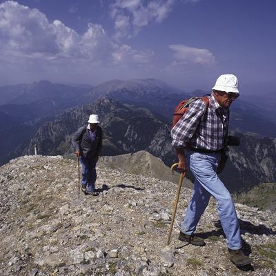 Excursionistas en el camino al Niu de l'Àliga, en el Parque Natural del Cadí-Moixeró.