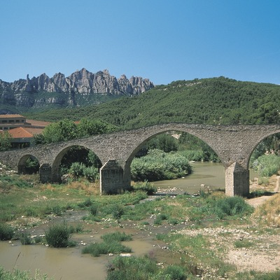 Old bridge over the Llobregat with the Montserrat massif in the background  (Servicios Editoriales Georama)