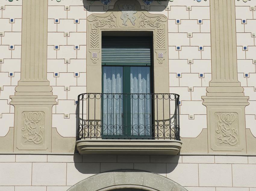 Détail d'une façade moderniste sur la place à arcades de Fra Bernadí  (Servicios Editoriales Georama)