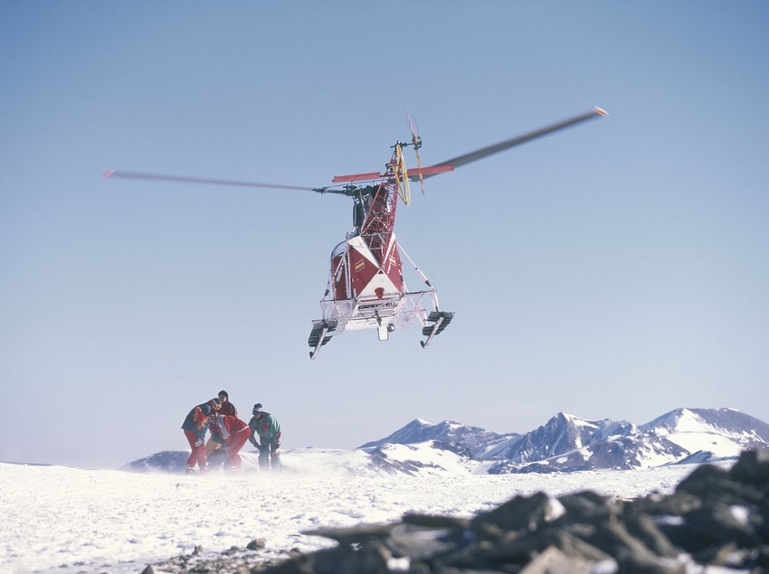 Helicopter on the summit of Puigmal.  (Daniel Julián)