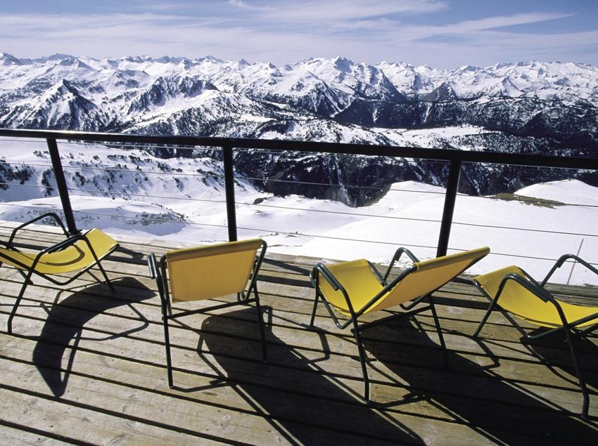 Skieur à la station de ski de Baqueira Beret