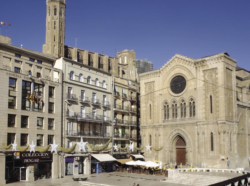 Place et église Sant Joan avec au fond, la Seu Vella  (Miguel Raurich)