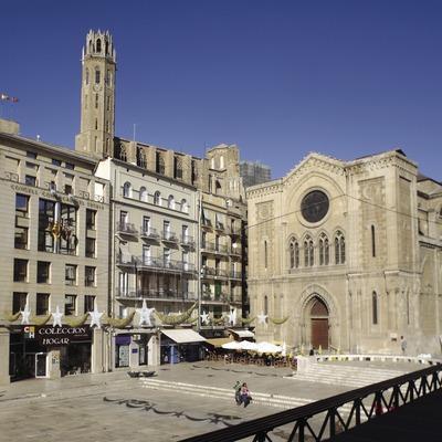 Plaza e iglesia de Sant Joan con la Seu Vella al fondo  (Miguel Raurich)