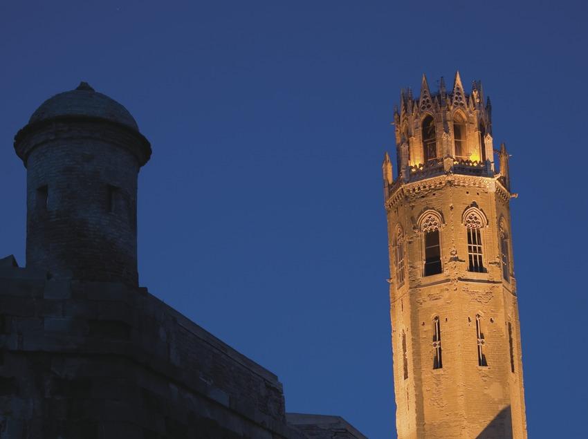 Vista nocturna de les muralles i el campanar de la Seu Vella