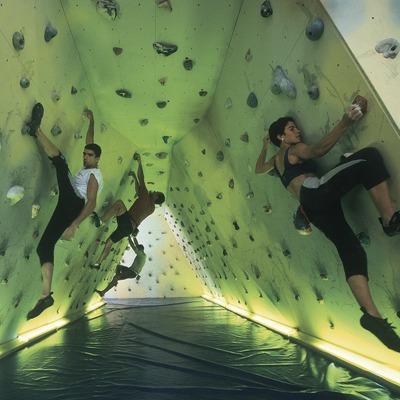 Indoor climbing. Climbing wall bulder.  (Daniel Julián)