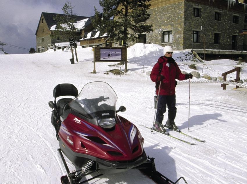 Moto de nieve en la estación de esquí de Port Ainé