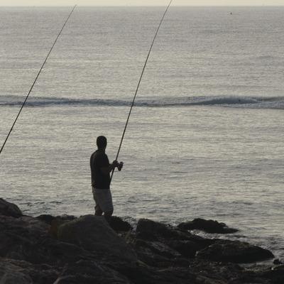 Pescadores en el espigón del puerto de Torredembarra  (Marc Ripol)