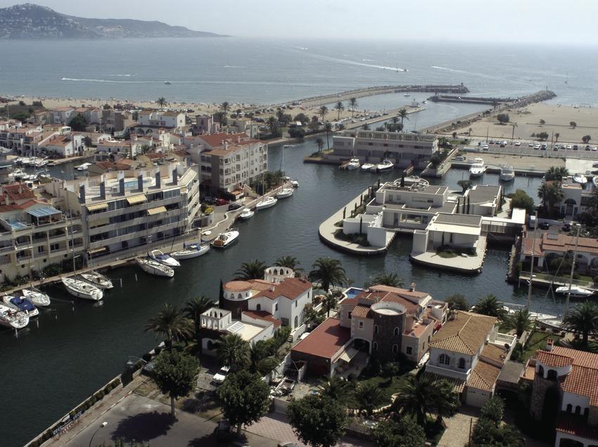 Vista general del puerto y la bocana del Puerto Deportivo Marina d'Empuriabrava  (Marc Ripol)