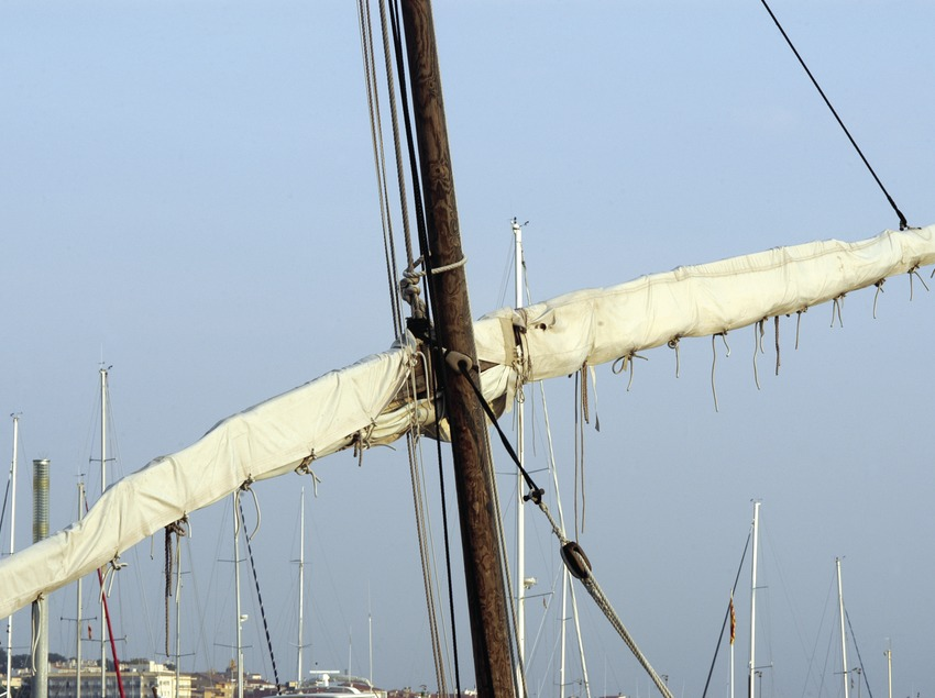 Mast of a latin sail boat in the port  (Marc Ripol)