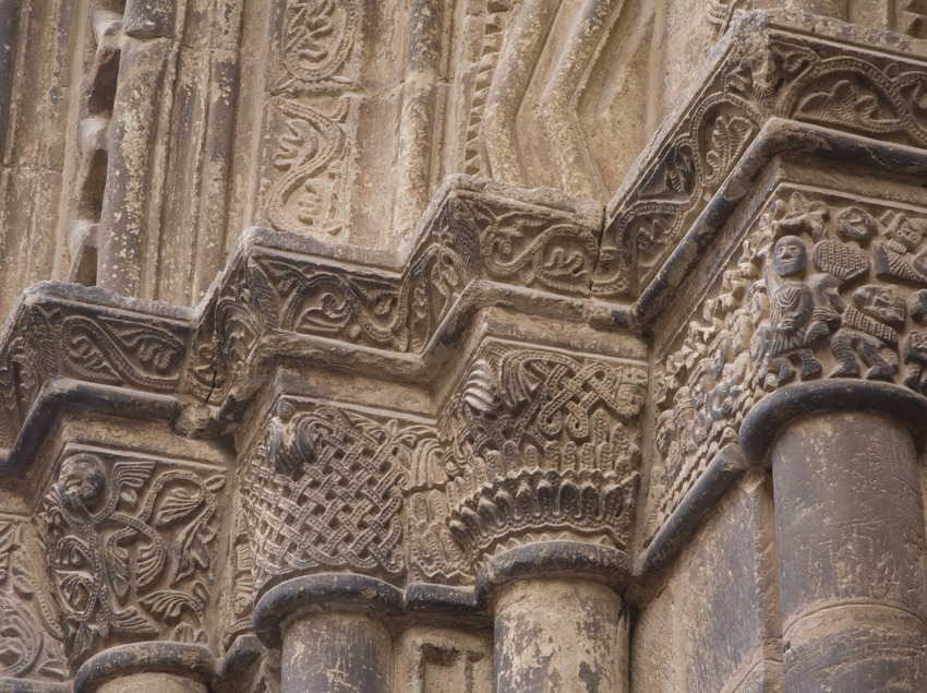 Capitals on the doorway of the church of Santa Maria.  (Miguel Raurich)