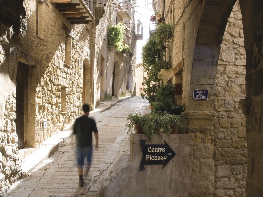 Carrer del poble amb la indicació del museu Centre Picasso  (Miguel Raurich)